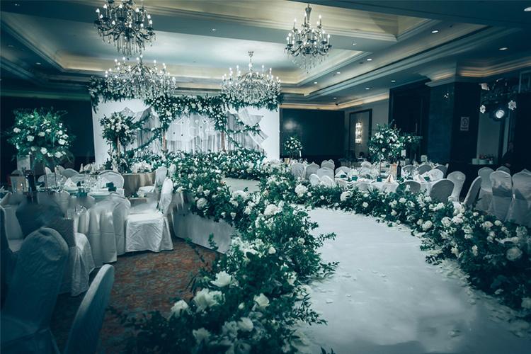 淡淡的森系婚礼效果图_森林系婚礼布置图片