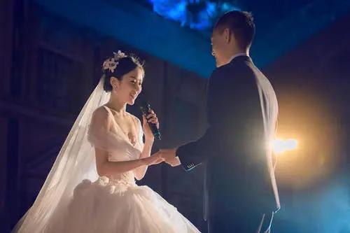 结婚迎宾穿什么衣服 婚礼迎宾穿什么衣服好