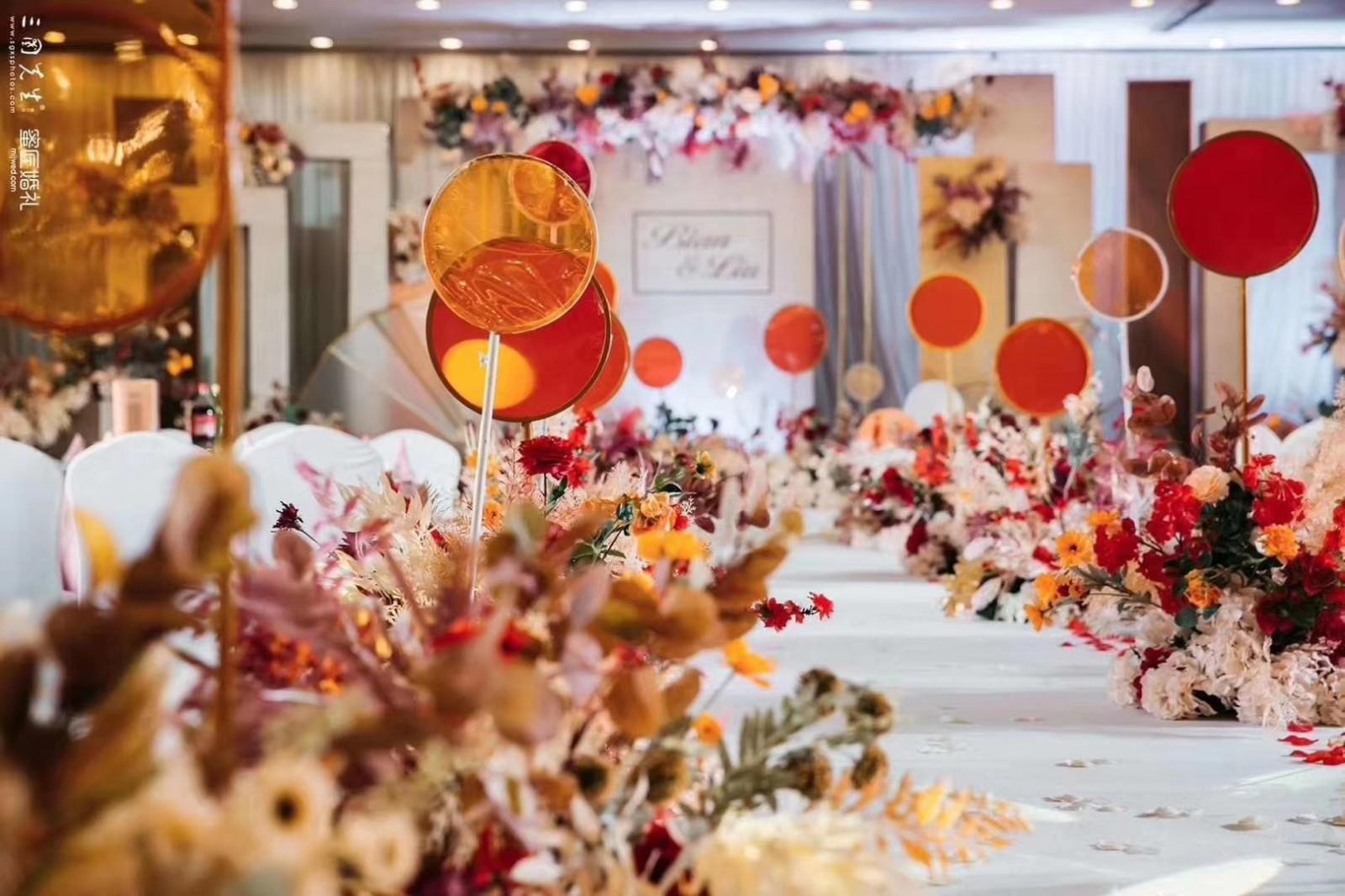 婚礼台上布置效果图片 婚礼小舞台布置图片