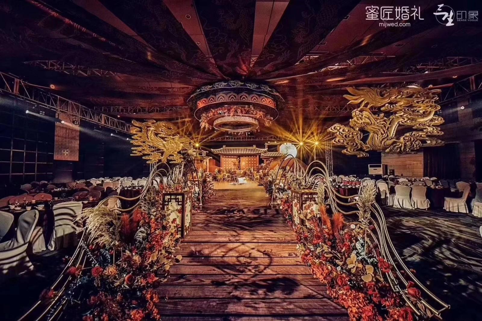 结婚院子用红纱怎么布置 结婚院子拉花布置图片