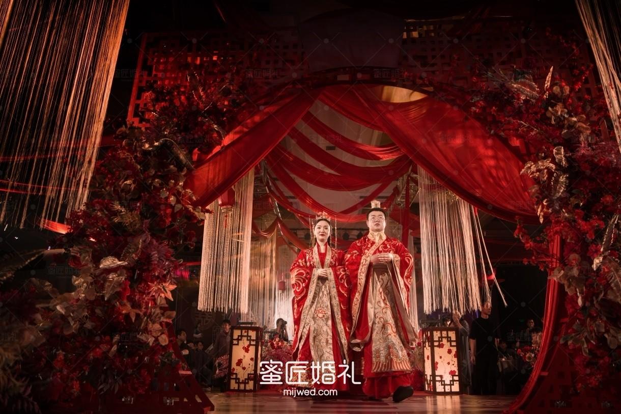 婚礼现场无吊顶的装饰 婚庆吊顶布置方法