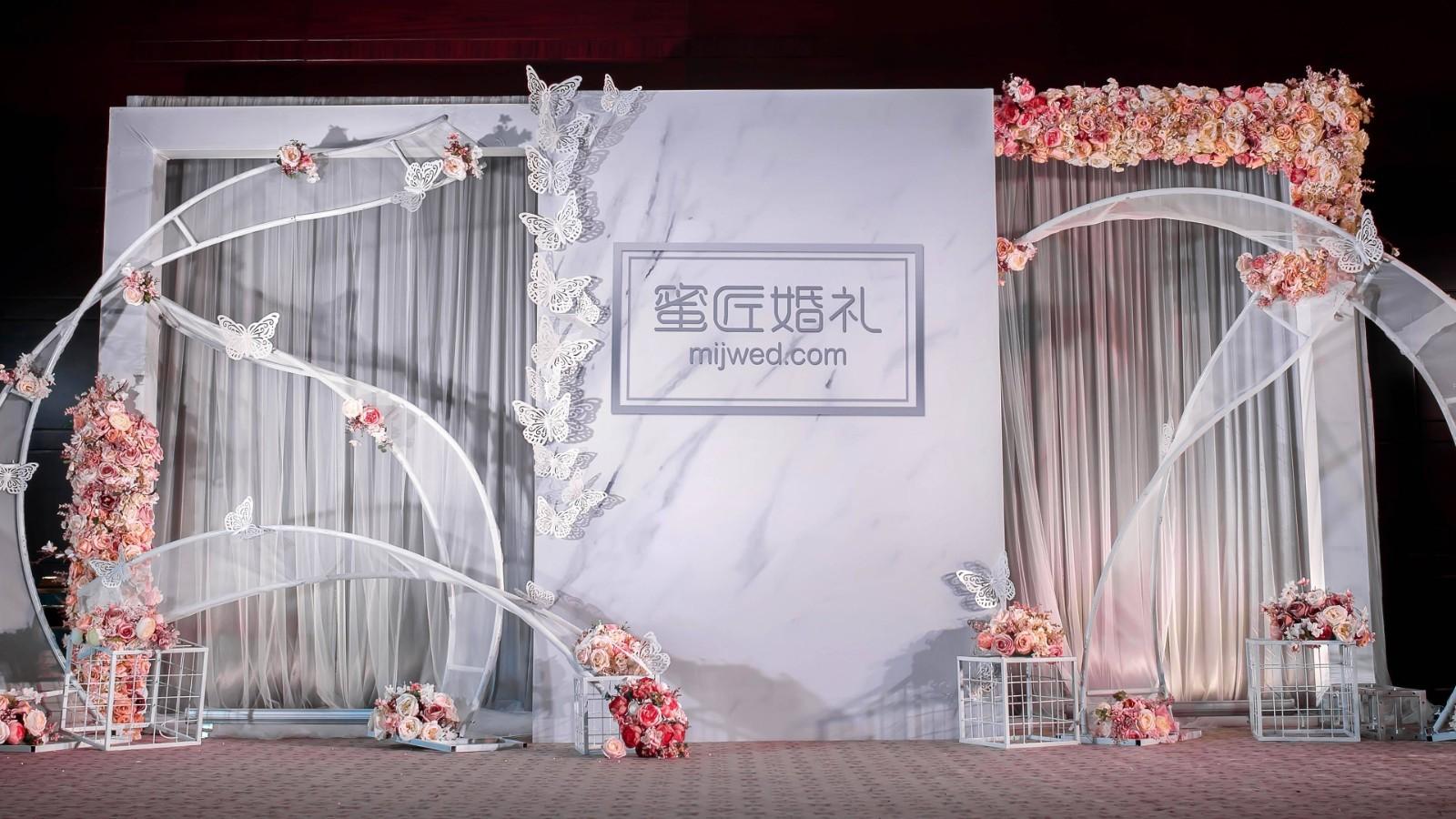 婚礼签到台应该放哪些东西 婚礼签到台上怎么摆放