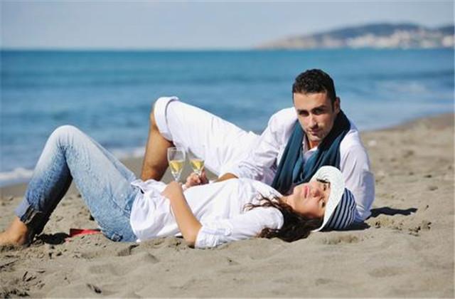 情侣该不该在结婚之前同居 情侣结婚前该不该同居