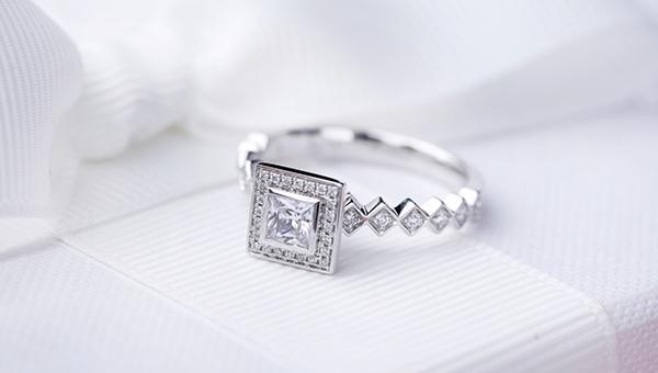 订婚戒指女生戴哪只手 订婚戒指女生戴哪只手指